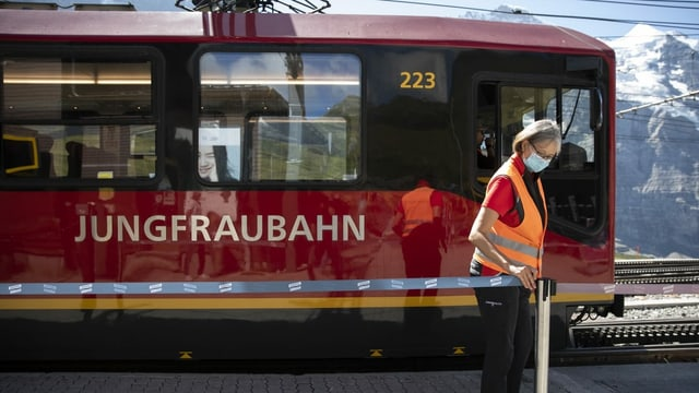 Purtret d'in dal vaguns dal tren cun scrit si «Jungfraubahn»