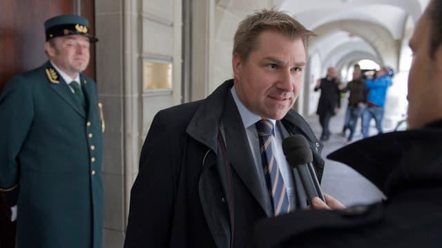 SVP-Parteipräsident Toni Brunner spricht vor dem Béatrice-von-Wattenwyl-Haus in Bern in ein Mikrofon.