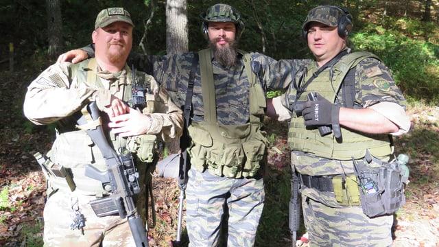 Drei Miliz-Soldaten posieren für ein Foto.