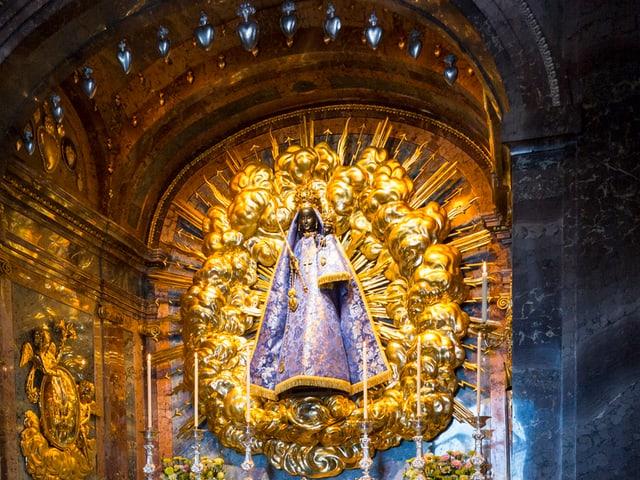 Farbaufnahme Madonna in Einsiedeln vor goldenem Hintergrund