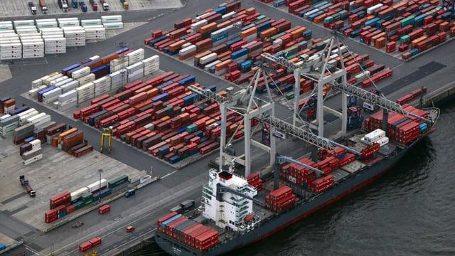 La staziun da containers al port da mar a Hamburg.