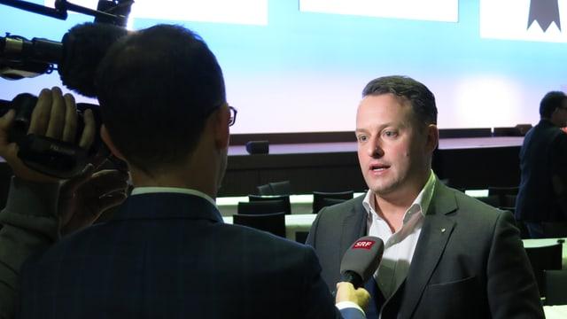 Sebastian Frehner wird von SRF interviewt