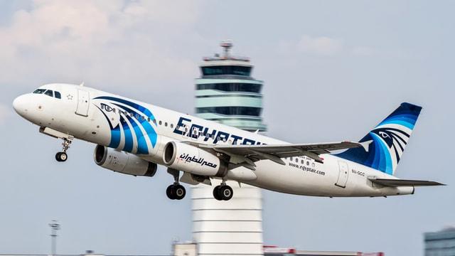 Ein Flugzeug der Egyptair flieg von einem Flughafen ab.