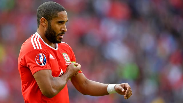 Ashley Williams greift sich an die linke Schulter.