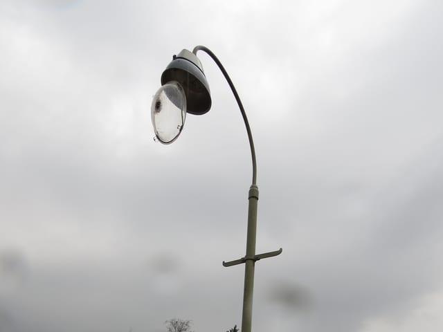 Beschädigte Lampe bei einem Bahnübergang in Kölliken