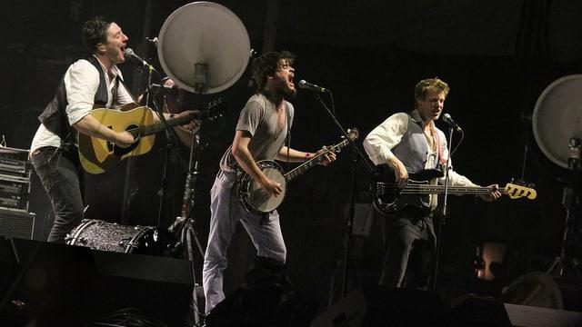 Mumford and Sons während einer Live-Performance in Kalifornien.