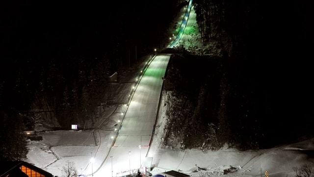 Die Skisprungschanze von Engelberg im Scheinwerferlicht.