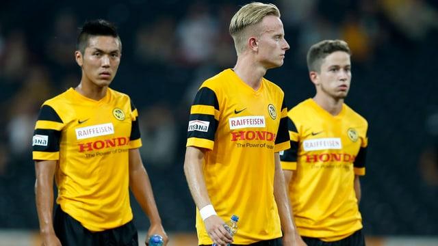 Die YB-Spieler Yuya Kubo, Florent Hadergjonaj und Miguel Castroman nach dem Lugano-Match