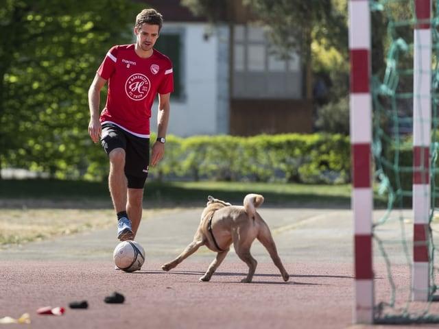 Thun-Profi Gregory Karlen absolviert zusammen mit seinem Hund Prince in Steffusburg den Parcours, den ihm sein Konditionstrainer aufgegeben hat.