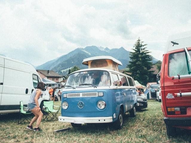 Wo hat man wohl sonst so eine idyllische Aussicht, wenn man mit einem VW-Bus an einem Festial übernachtet?