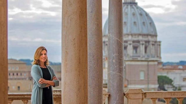 Barbara Jatta steht vor dem Petersdom in Rom.