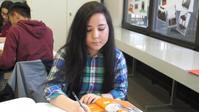 Marziyeh aus Afghanistan büffelt Deutsch. Sie will die Matura machen.