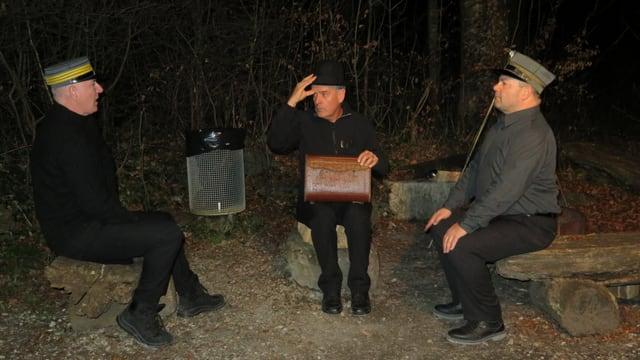 Drei Männer in Uniform diskutieren in der Nacht