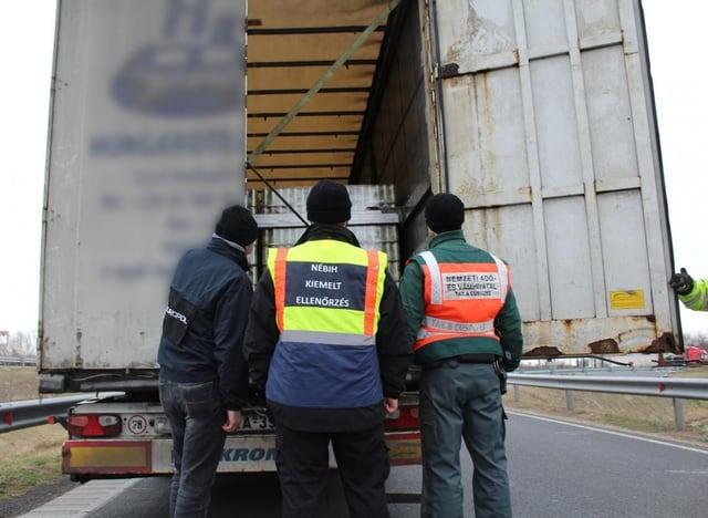 Polizisten kontrollieren die Ladung eines LKW.