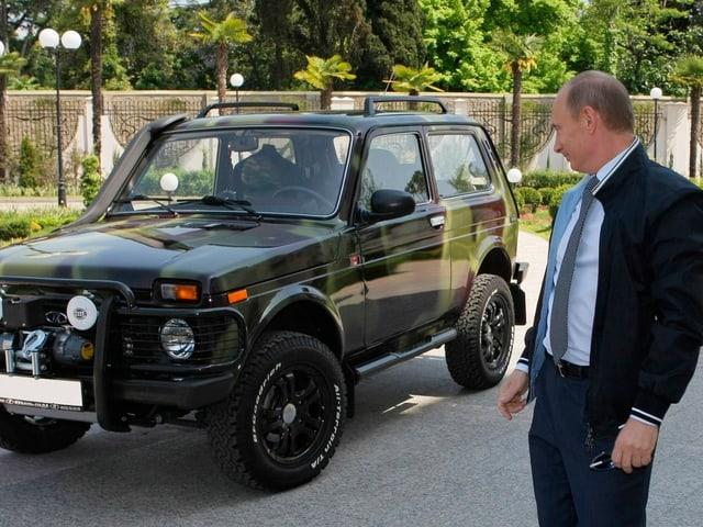 Vladimir Putin mit einem Lada SUV.