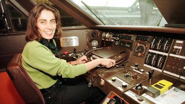 Frau im Führerstand eines Zuges