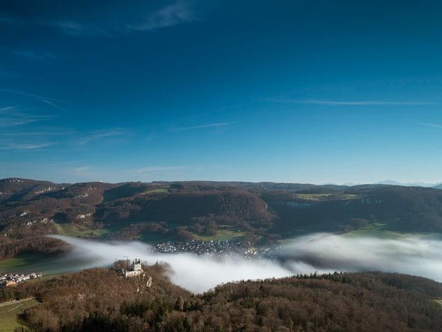 Blick aufs Baselbiet mit wenigen Nebelschwaden und sonst blauem Himmel.