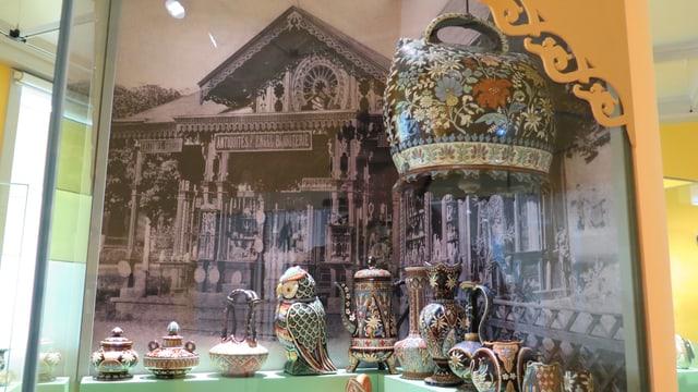 Foto eines Souvenirverkaufsladens, davor Souvenirkeramik-Objekte
