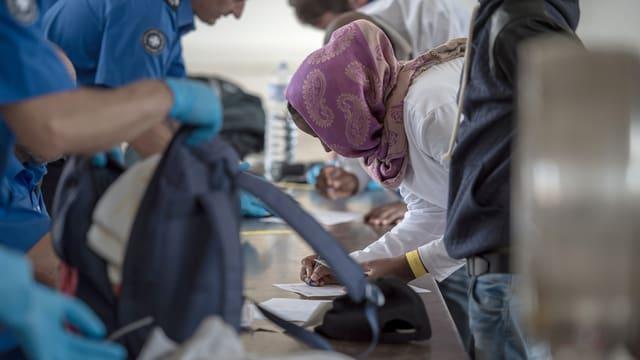 Asylsuchende bei ihrer Ankunft im Empfangs- und Verfahrenszentrum Chiasso im Juni 2015.