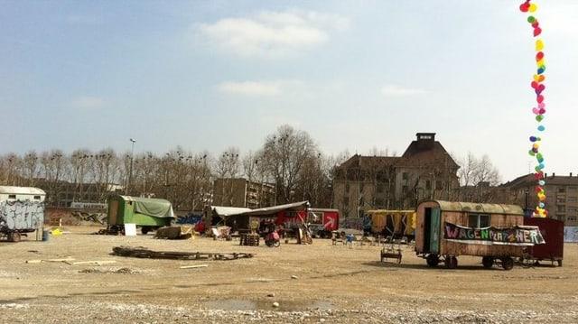 Das Wagenlager der Besetzer am Basler Rheinhafen.