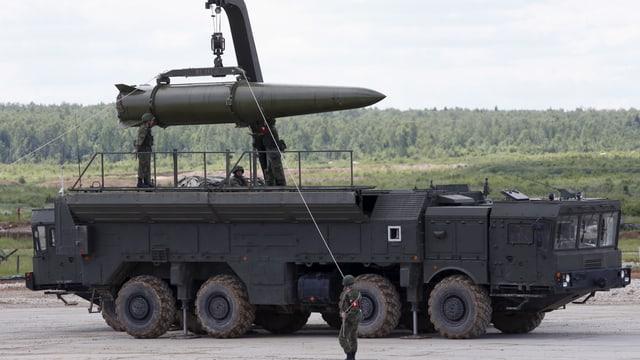 Soldaten laten eine Rakete auf einen Lastwagen