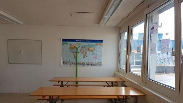 Blick in ein leeres Schulzimmer mit einer Weltkarte