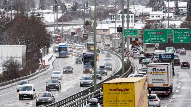 Autostrasse mit Gegenverkehr
