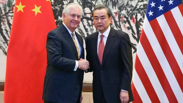 Purtret da Wang Yi e Rex Tillerson che dattan il maun.