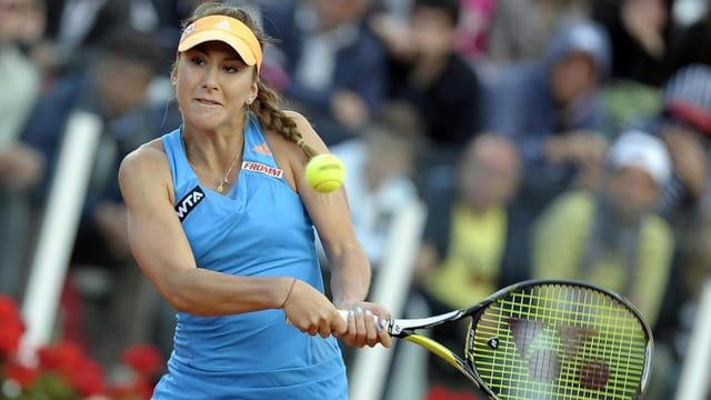 Belinda Bencic bei einer beidhändigen Rückhand