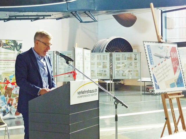 Martin Bütikofer, Direktor des Verkehrshauses in Luzern an einem Rednerpult.