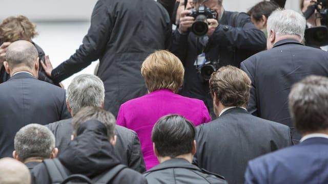 Merkel und weitere Politiker im Bundestag