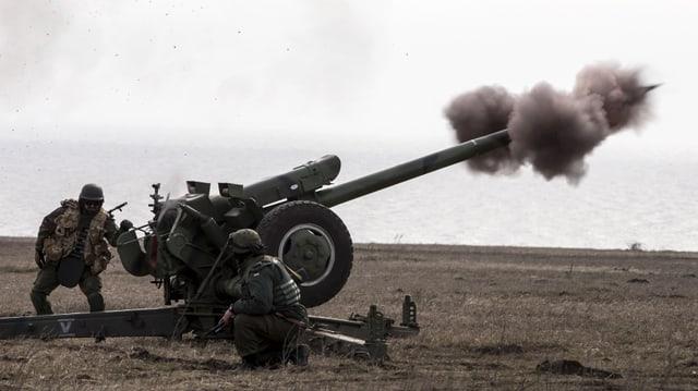 Per segirar l'armistizi en l'ost da l'Ucraina vegnan las armas per lung da la front puspè retratgas.