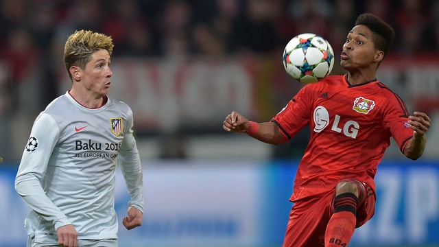 Atleticos Fernando Torres gegen Leverkusens Wendell.