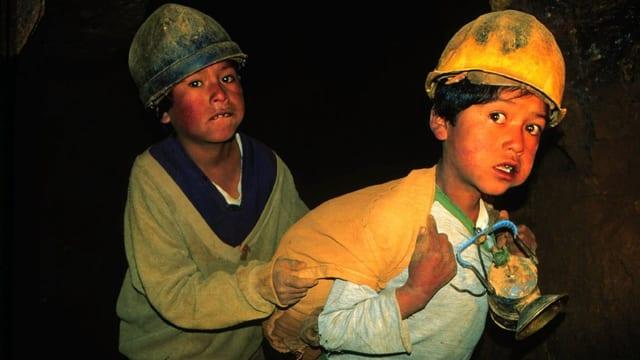 Zwei bolivianische Buben in einer Mine.