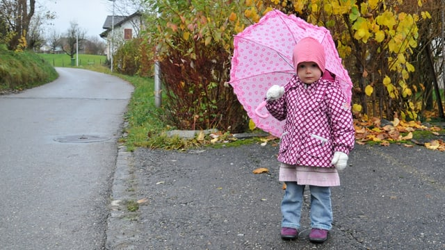 Kind mit Regenschirm.