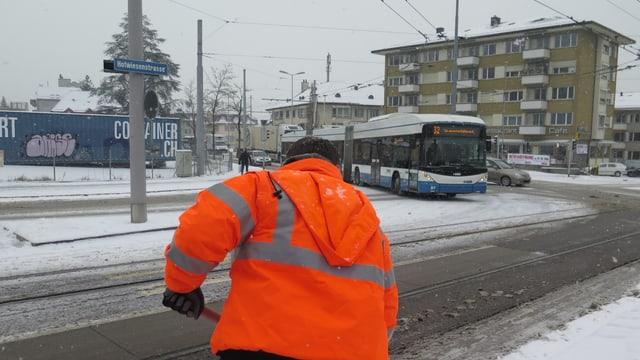 Ein Angestellter der Stadt Zürich räumt den Schnee auf der Strasse weg