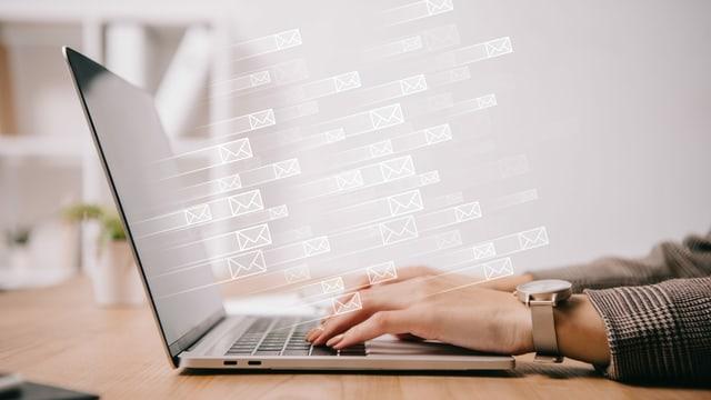 Hände auf einer Laptop-Tastatur