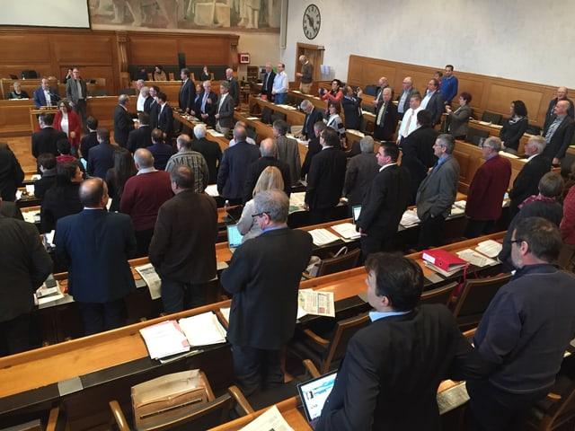 Stehende Parlamentarierinnen und Parlamentarier im Berner Rathaus