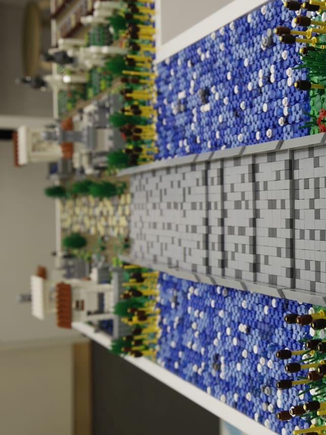 Brücke aus Legosteinen.