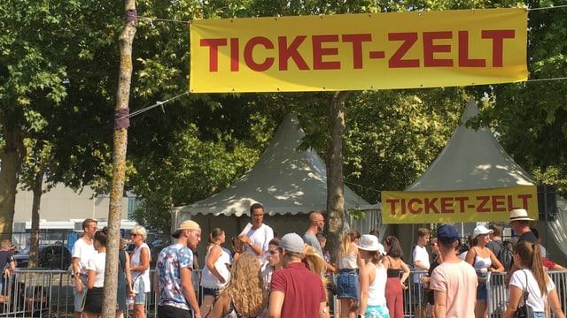 Warteschlange vor einem Ticket-Zelt.