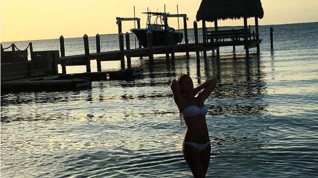 Christa bei Sonnenuntergang im Meer