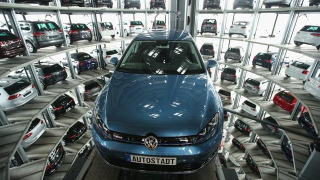 Symbolbild: Blick in den VW-Ausstellungsturm mit Autolift und ausgestellten Wagen.