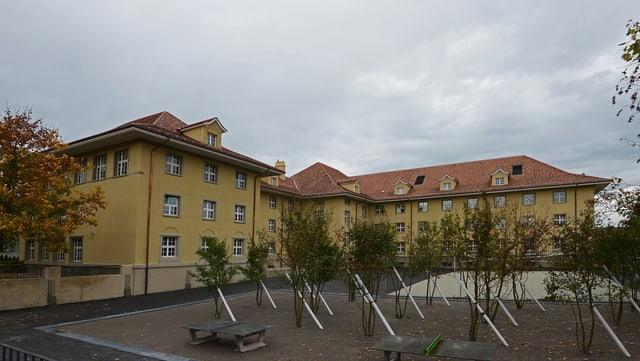 Aussenansicht des Schulhaus Munzinger in Bern.