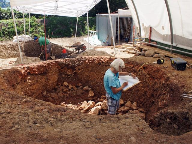 Eine Archäologin und ein Archäologe bei der Arbeit