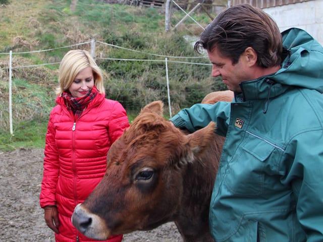 Sabine Dahinden mit Reto Schmid und einer Kuh.