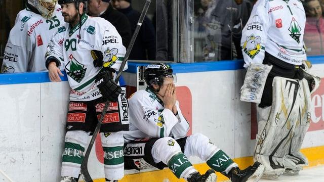 Enttäuschte Oltner Spieler nach der vierten Niederlage gegen Lausanne.