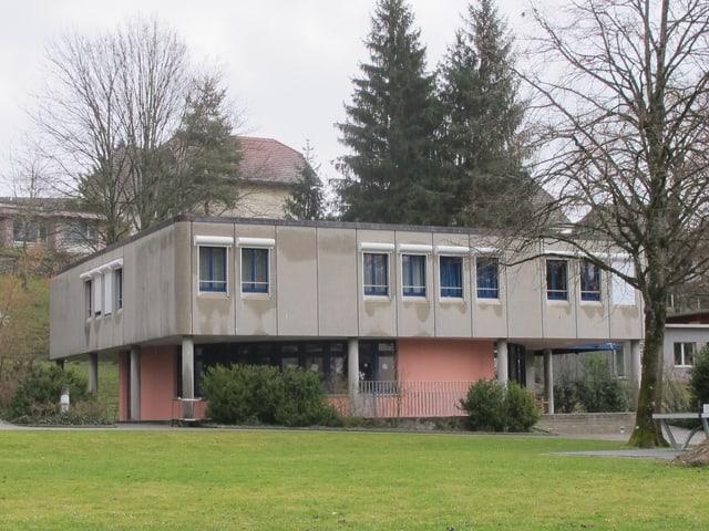 Ein Wohnhaus aus Beton.