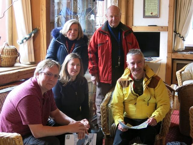 Mitglieder des Downhill Only Skiclubs von Wengen im Wohnzimmer.