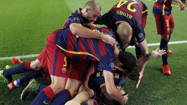 Ils giugaders da Barcelona sa legran da la victoria.