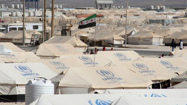 Flüchtlingszelte mit der Aufschrift UNHCR